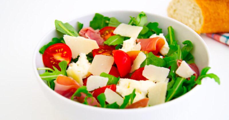Sommersalat für warme Tage – Rucola mit Mozzarella & Serrano-Schinken